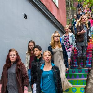 Signe tillsammans med Gnestas unga vid invigningen av Trappgatan. Foto: Simon Berg